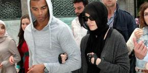 http://jafrianews.files.wordpress.com/2013/10/madona-in-a-muslim-scarf-in-turkey.jpg?w=290