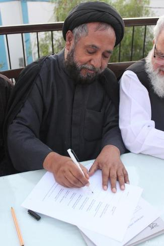 Pakistani Shia Cleric Allama S.Niaz . Hussain Shan Sign an Agreement Condemning Sectarianism