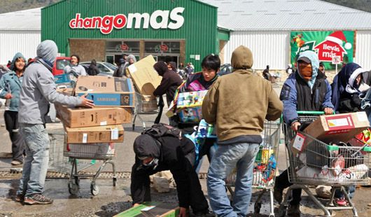 Argentinians Looting and vandalising in the absence of Police c