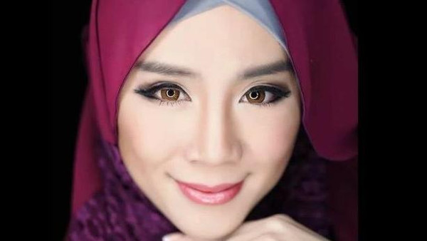 Ex Play Boy Model Yeap converts to Islam