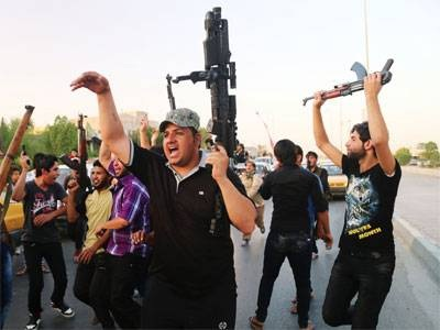 Iraqi Civillian hold the terrorists