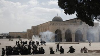 Israel Restricts Palestenian from entering Al Aqsa Mosque
