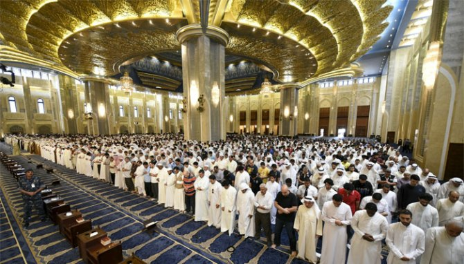 Sunni Shia Muslims Perfrom Friday Prayers United in Kuwait